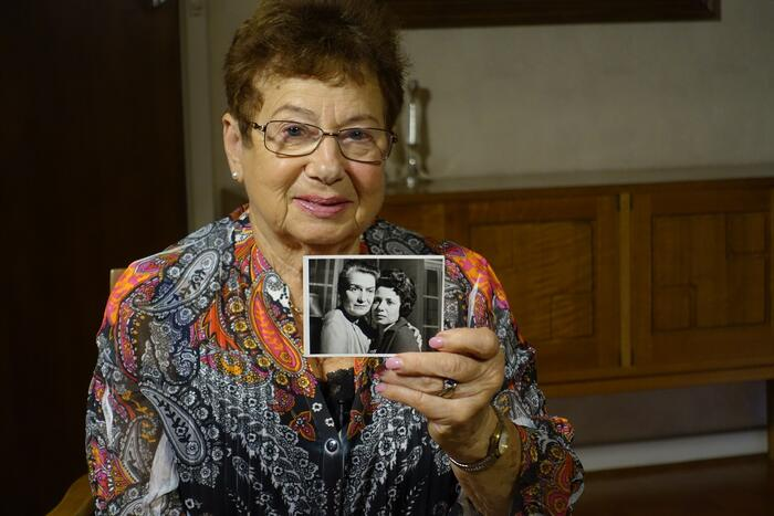 Paula Boltman holding photograph of Rokhl Holtzer